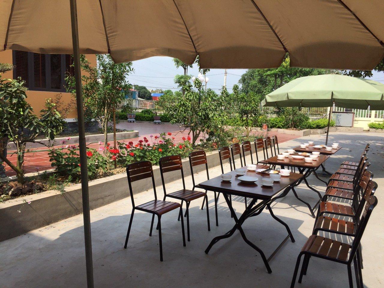 Không gian sân vườn bàn ghế quán nhậu Fansipan